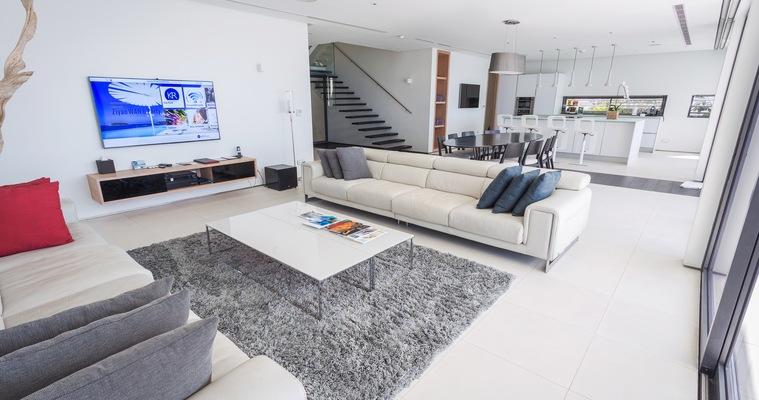 Почистването на дома с фирма или помощница?